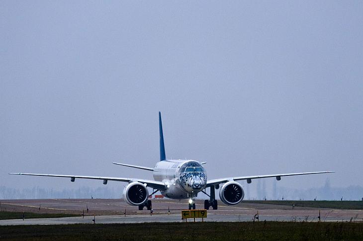 Embraer 190-E2 сразу после посадки