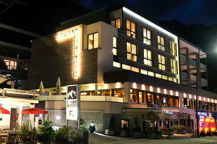 отель Bergland вечером