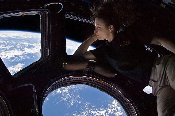 """астронавт в модуле """"Купол"""""""